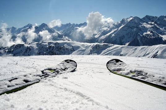 bergpanoram-mit-ski-536x357